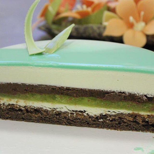 """Это одно из моих самых любимых творений - торт """"Мята"""": шоколадная Джоконда, желе юзу, шоколадно-мятный ганаш, мусс на белом шоколаде с лаймом и мятой // The """"Mint"""" entremet inside: chocolate Joconde sponge, Yuzu jelly, choco-mint ganache, lime-mint Mousse"""
