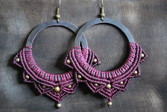 Macrame earrings Boucles d'oreilles micro macramé sur anneau en laiton violet et perles de laiton