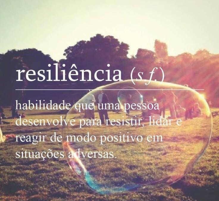 Habilidade que uma pessoa desenvolve para resistir, lidar e reagir de modo positivo em situações adversas. Resiliência. Glossário.