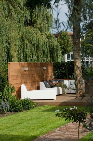 mooi ideetje voor houten vlonder + wand, over de totale breedte van tuin Ingrid