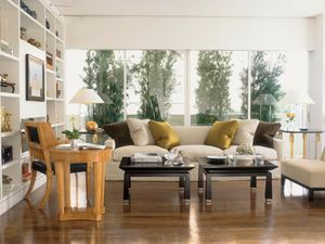 George Nash designed this sofa for his Cameron Collection in HOLLY HUNT Great Plains linen. Fabrics by Rogers & Goffigon on pillows. Rose Tarlow-Melrose House chair and table, left. Lamps by John Saladino. Joseph Minton end table and Nash coffee table, all for Meyerland.