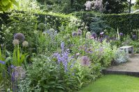 Karin van den Hoven Tuinen uit Hoogland werkt regelmatig samen met tuinarchitecte Modeste Herwig. Laat haar een bijzondere border ontwerpen voor uw tuin.