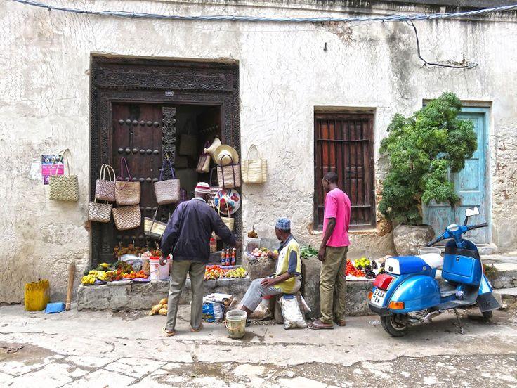 Meados do século XIX. Para aqueles que chegavam à costa oriental africana, banhada pelas águas do índico, Zanzibar era então o centro do mundo. O sultão de Omã tinha passado a sua capital de Muscat para Zanzibar, e controlava uma área imensa no interior do continente africano. As embarcações árabes (dhows) aproveitavam os ventos dominantes …