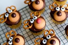 christmas party ideas | best stuff. Could even use large recess cups. With mini vanilla wafers!