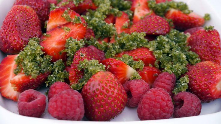 Jordbær og bringebær med lime- og myntesukker - Bringebær og jordbær med lime- og myntesukker. - Foto: Ellen Margrethe Dingstad / NRK