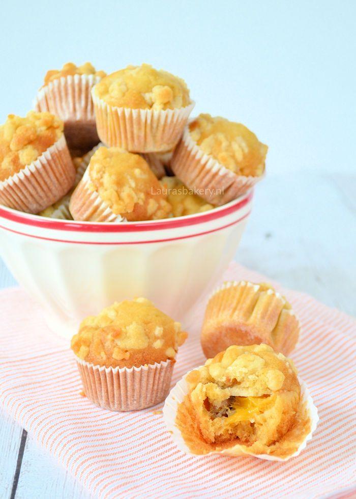 Een snel en eenvoudig recept: mini perzik kruimelmuffins. Door het kleine formaat ideaal voor bij een high tea of als lekker hapje op tafel bij een feestje.