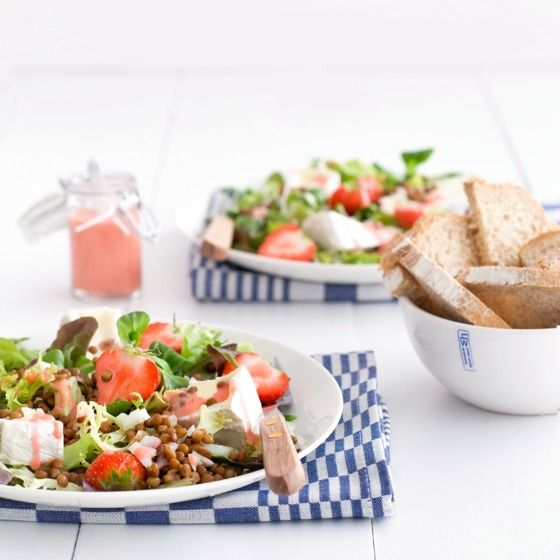 Zonnige salade met camembert en aardbeien Productfoto ID Shot 560x560