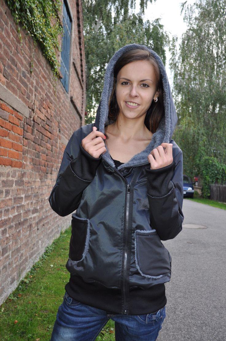 Bundička Vypodšívkovaná bunda s kapucí a s kapsy na zip. Rukávy a délka bundy jsou zakončeny do napletu.Velikost S-M délka bundy 73 cm, délka rukávů je 70 cm, šíře v podpaží: 52 cm, spodní šíře: 51cm.  Praní v pračce na 40°C, žehlení na 2. Dalši bundy zde http://www.fler.cz/zbozi?ucat=43088