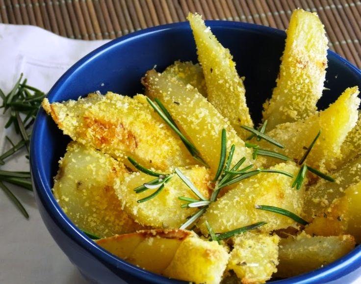 Batata d Forno com Ervas - 8 batatas, 1/2 xc de farinha de milho, 3 col (sp) de azeite de oliva, 1 col (café) de sal, 1 col (sp) de alecrim, 1 col (café) de orégano, 1 col (café) de manjericão desidratado. Descasque as batatas e corte-as em formato de palito. Em uma travessa, salpique a farinha com a ajuda de uma peneira, fio de azeite de oliva, espalhe as batatas em uma única camada. Coloque sal e leve ao forno. Assar em forno 220°C por cerca de 1hr ou até dourar. Adicione as ervas.