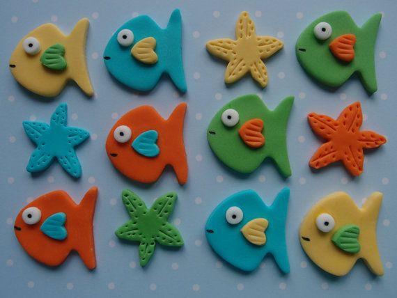Pescado comestible, estrellas de mar - Cupcake de Fondant / pastel Toppers 8 peces y estrellas de 4 mar Tamaño aprox. 1 1/2 pulgadas Una selección de hermosa torta comestible / toppers cupcake, complemento perfecto para cualquier ocasión especial. Mis decoraciones son hechos a mano por encargo y requieren tiempo de secado. Mi objetivo es enviar tu pedido dentro de 5-7 días desde cuando el pago es hecho a menudo más rápido. Todos los primeros son bien envuelto con mucho cu...