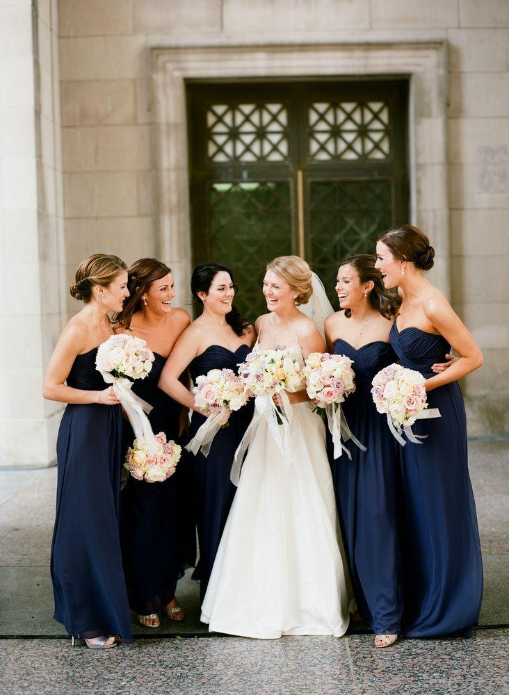 Damas con vestidos en color azul marino.