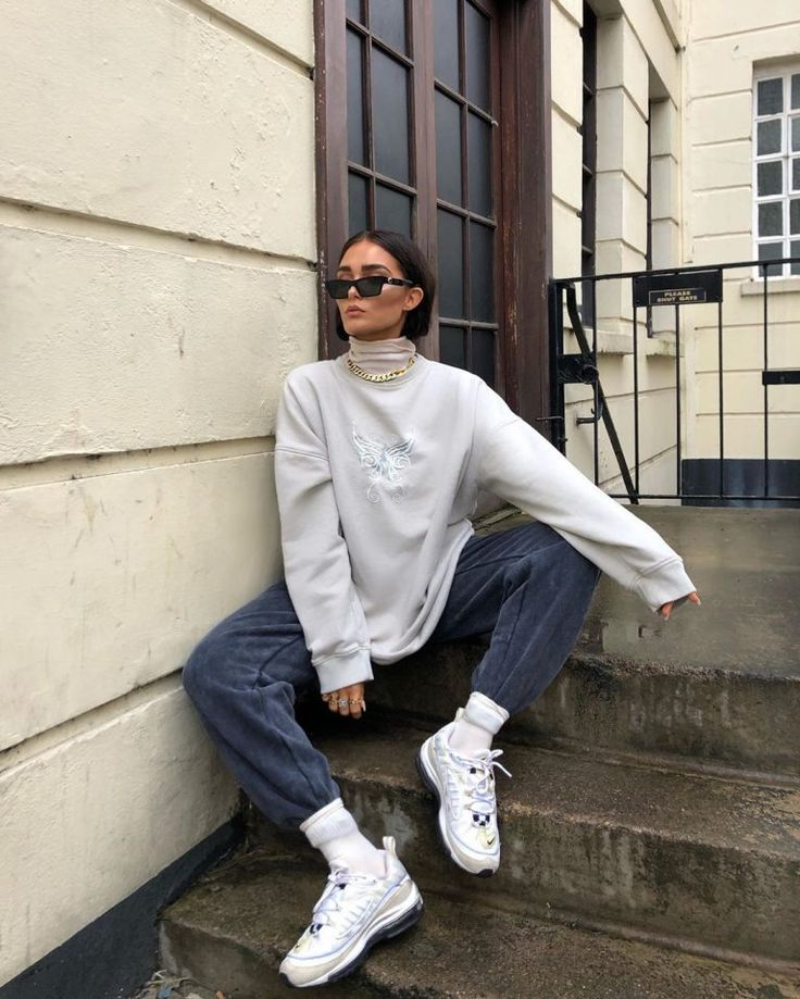 Here's our ultimate guide on how to style oversized sweaters in We gathered our 35 favorite oversized sweater outfit ideas to copy. Mode Outfits, Retro Outfits, Trendy Outfits, Winter Fashion Outfits, Look Fashion, Street Fashion, Tokyo Fashion, India Fashion, Fashion Clothes