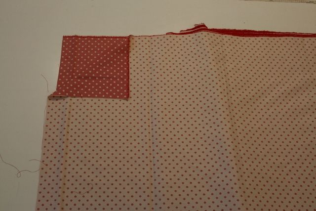 http://www.radicifabbrica.it/prodotto/tessuto-jacquard-pois-rosso-armatura-diagonale/ Tessuto a pois piccoli rossi double face: da un lato fondo panna e i pois rossi, dall'altro il fondo è rosso e i pois panna.