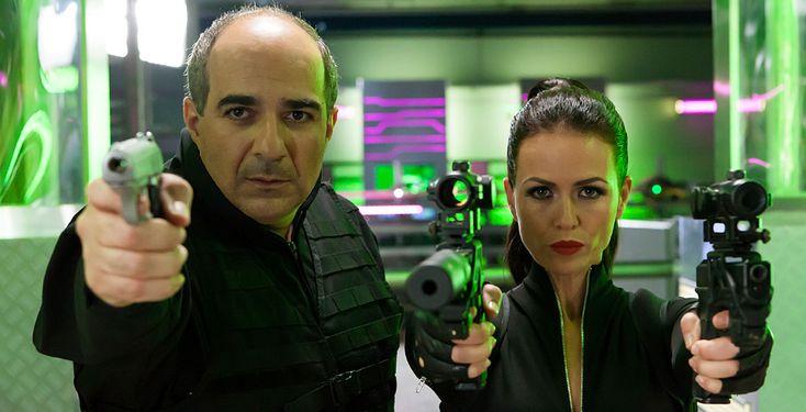 """""""Die Mamba"""" - Hossein Sarivi (Michael Niavarani) wird versehentlich für den international gesuchten Auftragskiller """"Die Mamba"""" gehalten. Verfolgt von CIA-Agent Bronski (Christoph Maria Herbst), soll er einen Anschlag auf ein französisches Atomkraftwerk organisieren."""