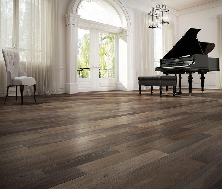 Piano dans grand salon lumineux et plancher de bois franc. Brighted room with piano. Hardwood floor.