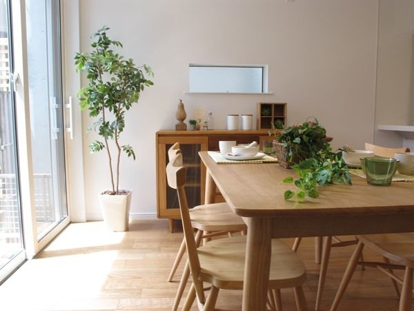 アーコールスタッキングチェアのある暮らし ダイニングテーブル奥のリビングボードと小窓の間のスペースが絶妙!