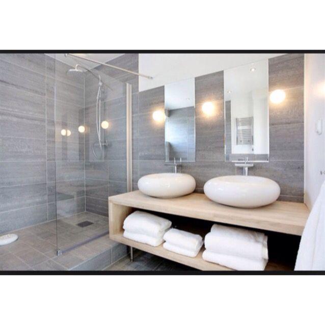 Badrum i grått med härlig ombonad spakänsla