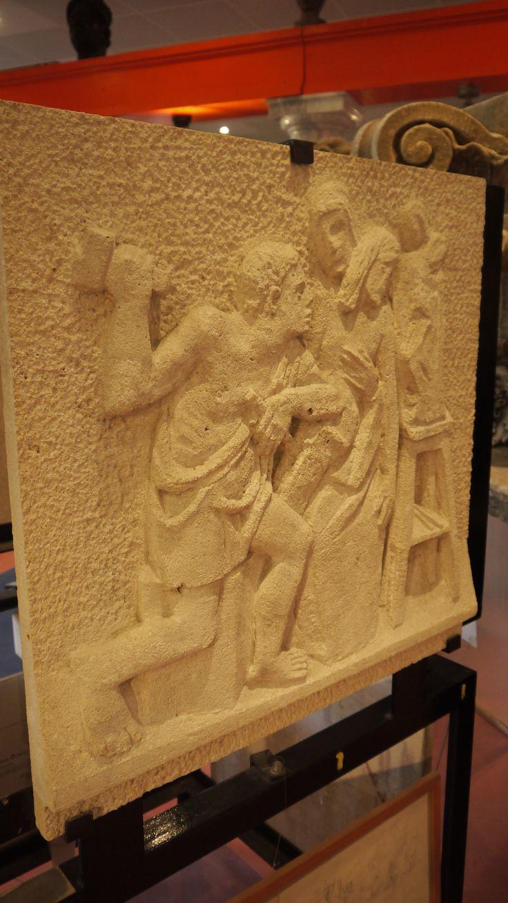 Bassorilievo in pietra - http://test.achillegrassi.com/project/bassorilievo-in-pietra-5/ - Bassorilievo raffigurante l'arte della scultura in Pietra bianca di Vicenza  Dimensioni:  70cm x 70cm x 6cm