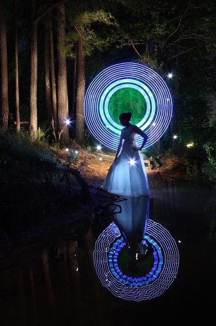 Vocês já ouviram falar em Light Painting? Provavelmente sim. Mas como são tiradas essas fotos? Primeiro,  precisa-se de um pouco de técnica e treino, segund