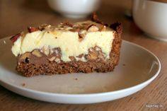 Den lækreste trøffelkage med skøn bund af bastogne - et lag af blød nougat med massevis af nødder - en sikker vinder hvis du er til hvid chokolade.