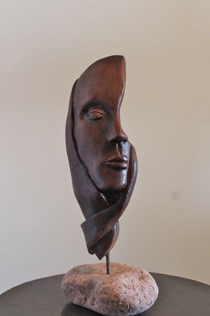 Masque femme corse,terre cuite ,stylisé monté sur pierre.