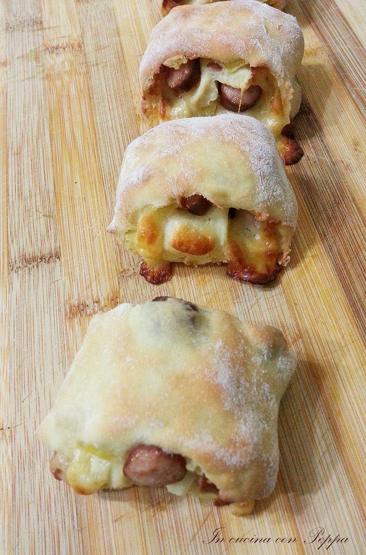 I panini con wurstel e patatine sono un gustoso finger food da offrire agli amici per una cena sfiziosa ed idealii anche per un buffet, ottimi anche freddi