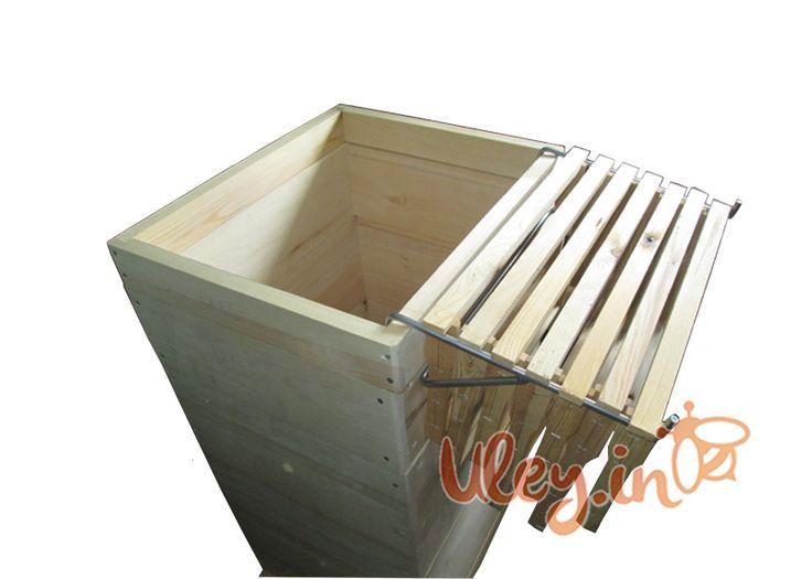 Кронштейн навесной на 7 рамок  Кронштейн изготовлен из толстых стальных прутьев окрашенных порошковой краской. Легко выдерживают 7 медовых рамок. Очень удобно использовать держатель для рамок, на которых находится пчелиная матка, она будет в безопасности и не перейдет на землю или стенку улья.
