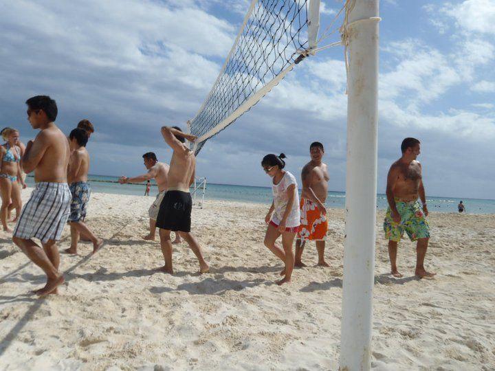 Вы можете также совместить пляжный отдых со спортом, играя в пляжный волейбол!  http://rivieramaya.grandvelas.com/russian/