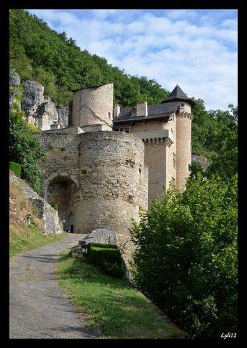 https://flic.kr/p/fzknUL | Château de Larroque-Toirac, Lot, Midi-Pyrénées | Le château de Larroque-Toirac a été construit entre le XIIe siècle et le XVe siècle, avec un castrum au XIIIe siècle, le renforcement de l'enceinte au XIVe siècle et le nouveauchâteau au XVe siècle.  Accroché au flanc d'une haute falaise, dominant le village et la vallée du Lot, dans un site exceptionnel de défense. La falaise derrière le château comporte des grottes très anciennes qui ont servi d'habitat troglodyte.