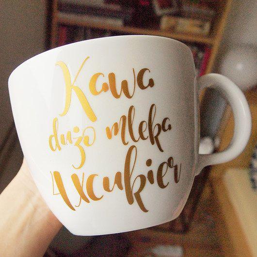 Kubek ze złotym, personalizowanym napisem. Możemy napisać wyznanie miłości, imię, przepis na Twoją ulubioną kawę, co chcesz :) Możemy umieścić dowolny napis, możemy także zmienić czcionkę. Prosimy o kontakt, wyślemy kilka wersji do wyboru. Inne kolory za dopłatą. Kubek...