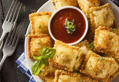 Kızarmış Ravioli Tarifi, İtalyan mutfağının en lezzetli başrollerinden raviolinin daha lezzetli ve birazcık daha kalorili hali :) Pratik tarifin malzemeleri