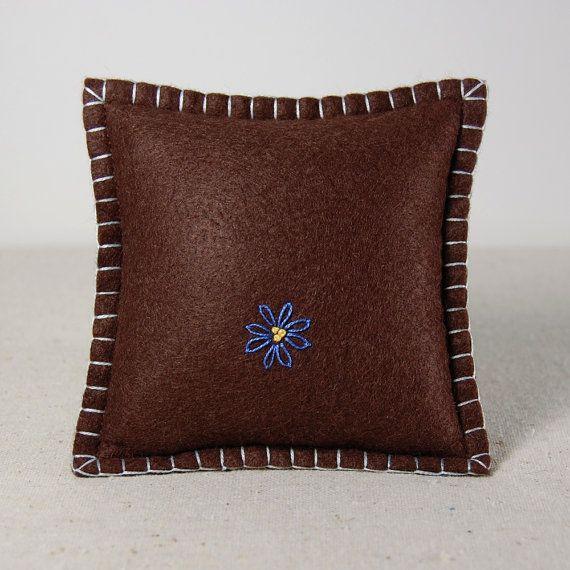 Feltro di lana ricamato a puntaspilli Pin cuscino di TheBlueDaisy