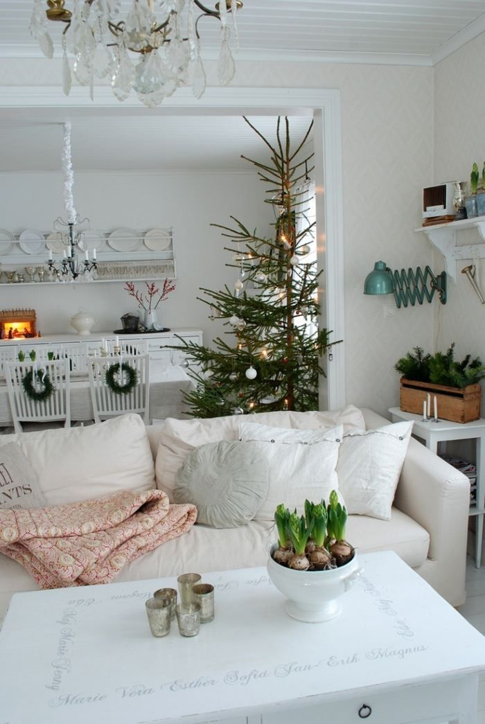 Wohnzimmer und Essbereich skandinavische Weihnachtsdekorationen