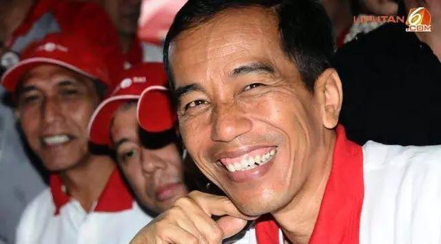 """Pekanbaru - Presiden Joko Widodo atau Jokowi menghadiri peringatan Hari Anak Nasional 2017 di Pekanbaru Riau. Ia menghibur anak-anak dengan beberapa trik sulap yang ia pelajari beberapa hari sebelumnya. Selain memamerkan pertunjukan sulap Jokowi juga menyelipkan pesan tentang perilaku bullying atau perundungan di kalangan pelajar yang marak terjadi akhir-akhir ini. """"Tugasnya anak-anak harus belajar yang keras tidak boleh ada yang mem-bully mencela cemooh"""" nasihat Jokowi yang didampingi Ibu…"""