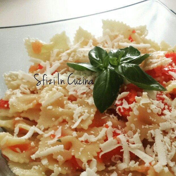 Farfalle alla crudaiola. Ingredienti tipici della cucina mediterranea. La ricetta la trovate sul blog!!!