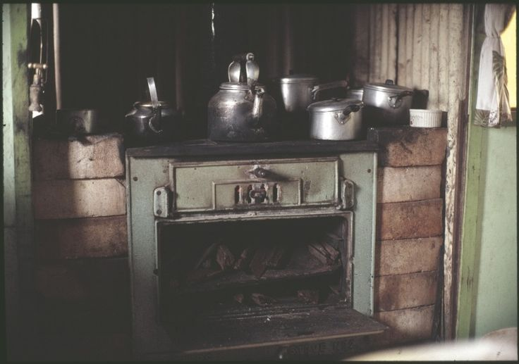 146447PD: The Metters wood stove in Muriel Davies' kitchen, north of Yarri, 1991-1992.  http://encore.slwa.wa.gov.au/iii/encore/record/C__Rb4246619__S146447pd__Orightresult__U__X3?lang=eng&suite=def