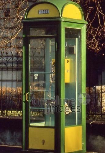 Telefonzelle in Budapest, 1988 RalphH/Timeline Images #bunt #farbenfroh #grün #gelb #Telefonzelle #Budapest #Ungarn #80er #Telefonieren #Oldschool #Retro #Design #Phone #Box