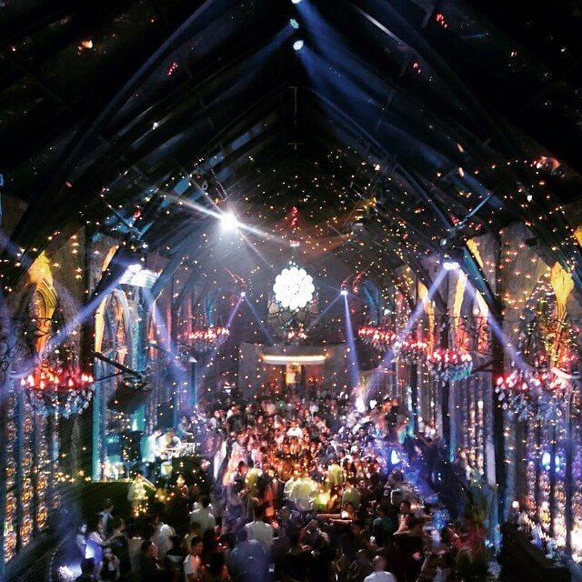 Klub Malam Mirror yang bernuansa berpesta seperti di dalam Gereja Katedral berada persis di belakang Gardin Bistro. Photo credit: IG @flip_farb