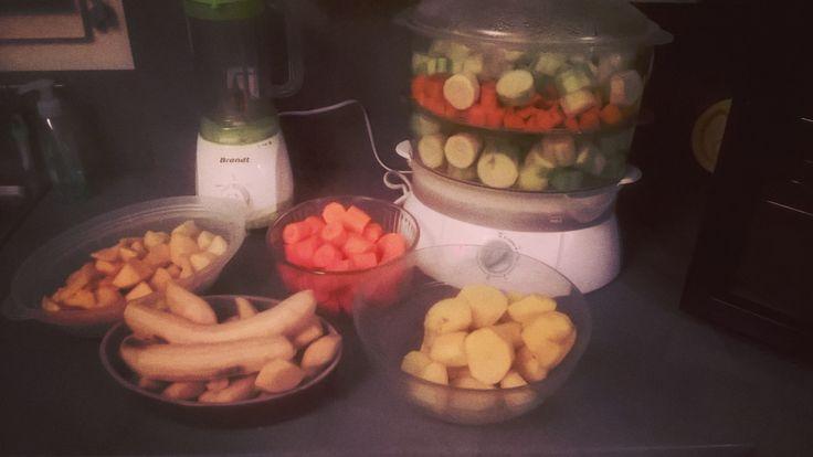 Encore de la préparation de petits pots et j'y ai passé deux heures mais ça vaut le coup quand je vois le résultat à la fin ...tous ses petits pots empilés me rend fier de mon boulot lol...� Mes préparations : ✔ Butternut / courgette / boeuf ✔ courgette...