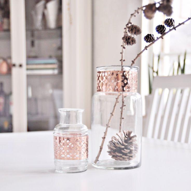 Urläckra vaser med vackra kopparband runt om. Fin att ha som vas till blommor eller egna stilleben. Finns i två olika storlekar.