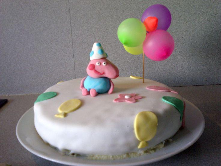 My first fondant cake¡ I found it so cut for my daughter,s birthday.  Mi primera tarta fondant¡ Me parecíó ideal para el cumpleaños de mi hija.
