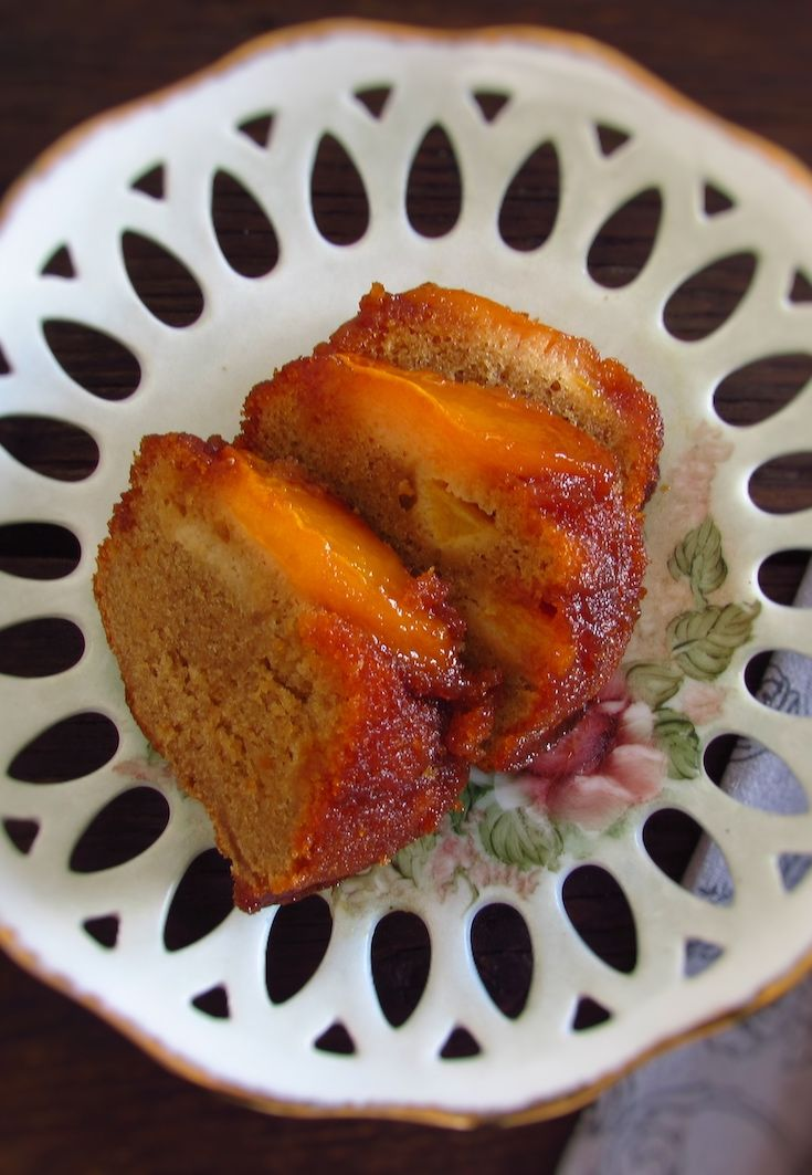 Coffee cake with caramelized peach | Food From Portugal. Going to have visits at home and want to make a nice and simple snack? Prepare this delicious coffee cake with caramelized peach, it's an easy recipe to prepare with excellent presentation.