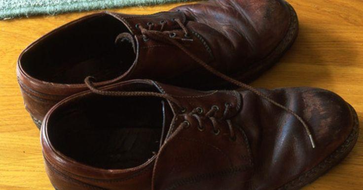 Cómo desinfectar un par de zapatos por dentro. Cuando compras un par de zapatos usados en una tienda de ropa usada, o recuperas un viejo calzado tuyo, debes desinfectarlo. A veces los zapatos de la tienda de ropa usada pueden tener plantillas sospechosas. Si te preocupan los gérmenes o el mal olor, puedes hacer algo al respecto. Si tu calzado comienza a oler mal, desinfecta su interior para ...