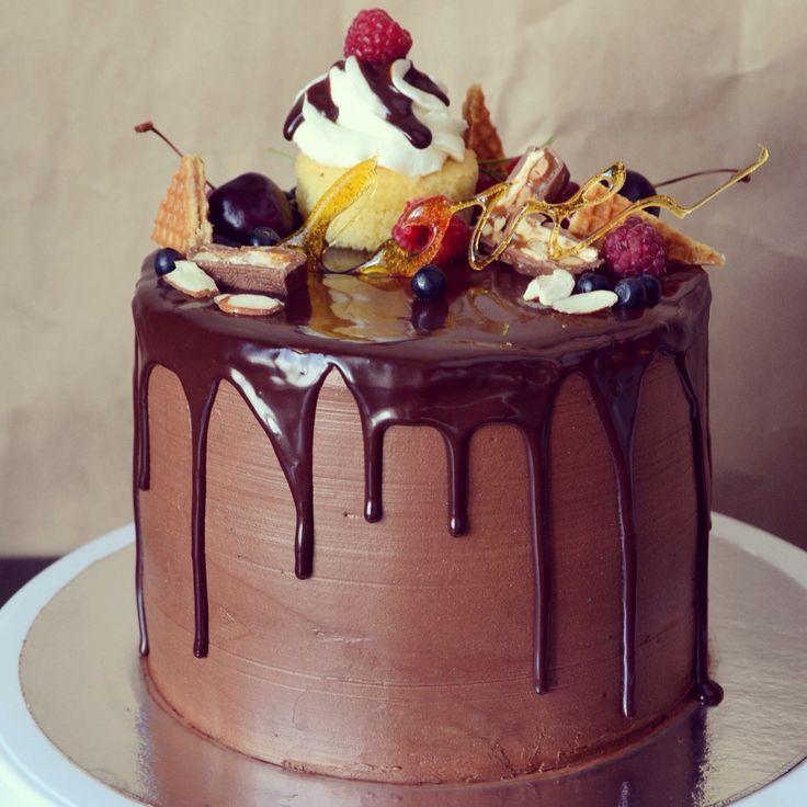 """Меня зовут Аня Гордеева, мне 23 года и я из Челябинска. С рождением сына почувствовала тягу к прекрасному и вкусному - так появилась домашняя #кондитерская ANNA's Kitchen. И вот уже 4-й месяц я делаю #домашние #торты из натуральных продуктов. Надеюсь, подписчики #russiancakes оценят мои работы. #Торт """"Клубника со сливками"""" от любящей жены ко Дню рождения мужа. Состав: влажные и очень нежные шоколадные бисквиты, крем на основе сливок с итальянским сыром маскарпоне и натуральной ванилью…"""