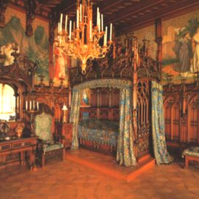 Fit for a Queen- Medieval Bedroom... So Fabulous!  http://4.bp.blogspot.com/-ZwpaQtx4iV4/T5GPcy-uH9I/AAAAAAAAIRk/caFmjhfZo5I/s1600/Medieval-Home-Decor.jpg
