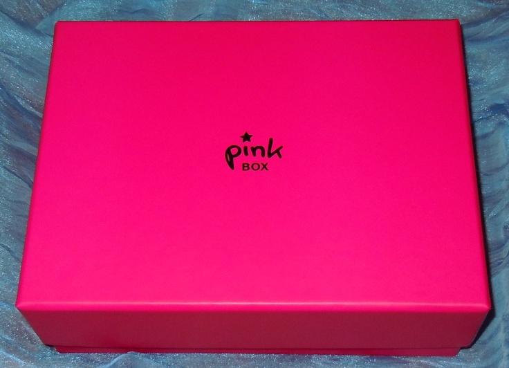V-aţi comandat până acum PinkBox? Noi vă încurajăm s-o faceţi, în iunie! O să aveţi o surpriză frumoasă-frumoasă de la TinaR, înăuntru ;) http://www.eva.ro/pinkbox/    În fiecare lună, specialiştii de beauty Eva.ro aleg 5 produse cosmetice de calitate, full size ori travel size, le aşează cu grijă în cutia roz şi le trimit la tine acasă cu 44 lei, un super preţ! Printre brandurile cu care lucrează: Bruno Vassari, Mario Badescu, Il Makiage, Keune, Thai Spa, Himalaya.