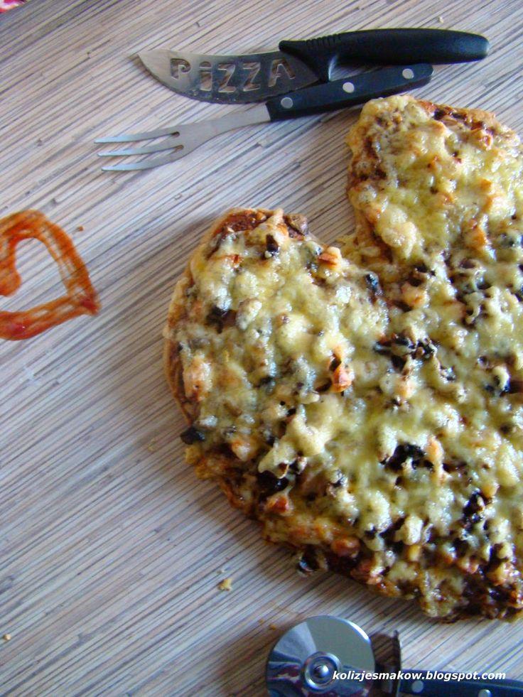 Pyszna domowa pizza na mące pełnoziarnistej z dodatkiem parówki i pieczarek. Pizza z miłością dla każdego i na co dzień.