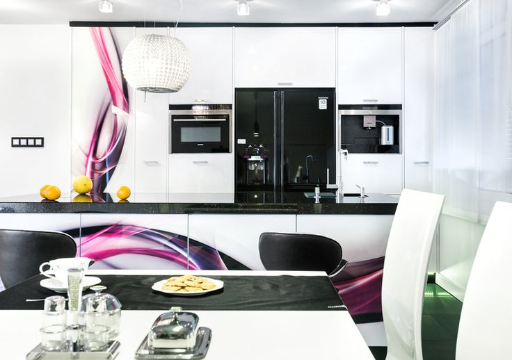 Wyspa w kuchni ma sporo zalet, dlatego obecnie nie brakuje projektów kuchni z tym elementem. Wnętrze z wyspą może być naprawdę przytulne i stylowe, czego dowodem jest realizacja studia A&K. Prawda, że ładnie urządzone? https://www.maxkuchnie.pl/galeria/kuchnia-w-domu/studio-a-k-olkusz-fiolet-w-kuchni-173,366.html