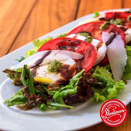 SALATA CAPRESE Pesto soslu mozzarella, domates, karışık yeşillik, glaze balsamik ve parmesan. #salatacaprese