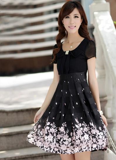 Sweet kjole Sukkersøt kjole som gir illusjonen av å være et todelt sett med skjørt og skjorte. Skjortedelen er i tynn chiffon, og har strasspynt på midten av brystet. Kr 179,-